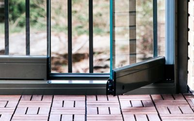 Våningshög balkonginglasning sätter guldkant på Brf Fjädermoln